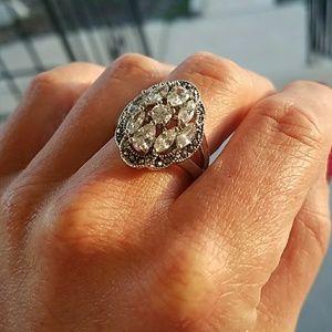 LIKE NEW Size 9 Rhinestone Fashion Ring